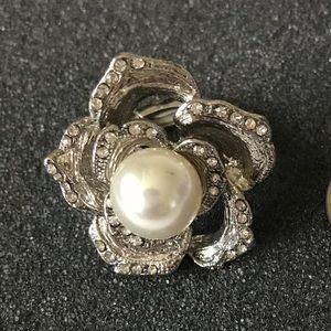 Jewelry - Beautiful Pearl Flower ring w/ rhinestone studs
